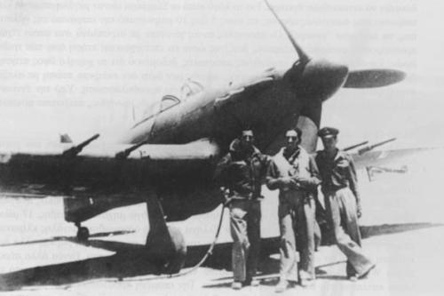 Ο Αθανασάκης (αριστερά) και ο Σκάντζικας (μέσο) ποζάρουν με έναν τεχνικό της 336, μπροστά από ένα Hurricane MkIIc