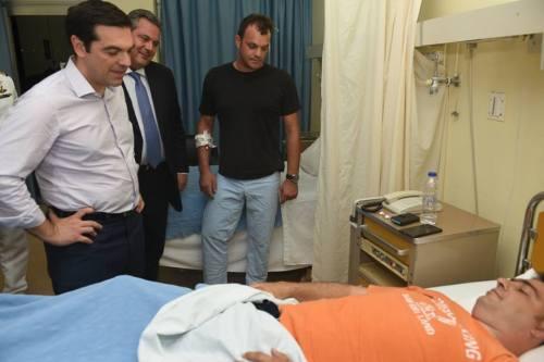 Ο πεωθυπουργός συνοδευόμενος από τον ΥΕΘΑ και τον Α/ΓΕΑ επισκέπτεται τους ηρωικούς σμηναγούς στο 251ΓΝΑ
