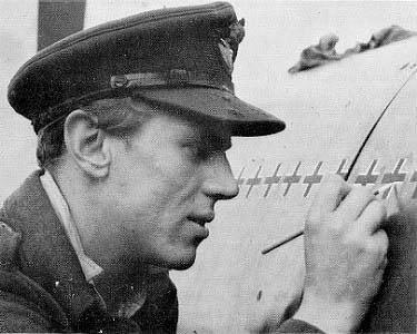 Ο υποσμηναγός Beurling, στην RCAF πλέον, ζωγραφίζει kill markings κάτω από το πιλοτήριο του Spitfire IX του.