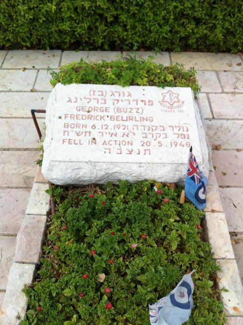 Πηγή: https://commons.wikimedia.org/wiki/File:Grave_of_George_Beurling_in_Haifa,_Israel.jpg